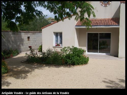 Aménagement de cour en sable calcaire réalisé par l'entreprise SOTRAMAT TP de Fontenay le Comte (85200 Vendée)